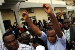 SMH: Unrepentant Nnamdi Kanu Waves Hand In Solidarity As Biafra Supporters Hail Him In Court(Photos)