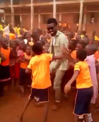 Youth Corper Gets Mobbed By Kids Who Mistook Him For Music Star, Phyno [Video]
