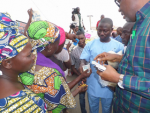 PHOTOS: Gov. Fayose Takes To The Streets, Distributes Cash & Bags Of Rice