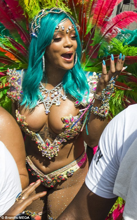 430E3BC300000578-4768948-Sensational_Rihanna_made_sure_to_pull_out_all_the_stops_in_celeb-m-46_1502179909107